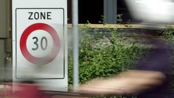 In Basel sollen mehr Tempo-30-Zonen eingeführt werden, verlangt die Strasseninitiative. (Symbolbild)