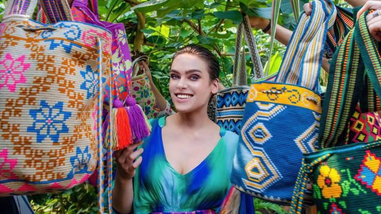 Für diesen Job musste sich Schlangenfrau Nina Burri nicht verbiegen: Sie wirbt als Markenbotschafterin für eine Non-Profit-Organisation, die indigene Kunsthandwerkerinnen unterstützt. (Handout)