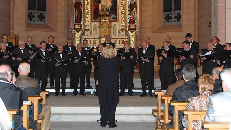 Markus J. Frey (mit dem Rücken zur Kamera) dirigiert das Herbstkonzert des Männerchors Leuggern. PID