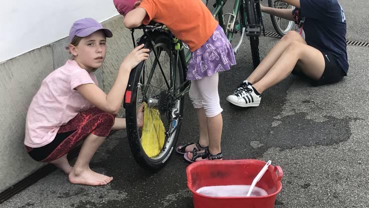 Die Kinder waren erst zufrieden, wenn die Velos blitzten.