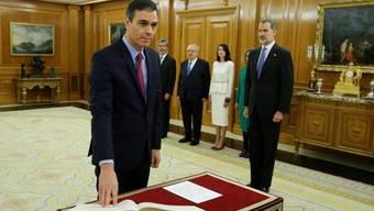 Pedro Sánchez legt vor König Felipe VI. seinen Eid als Regierungschef von Spanien ab.