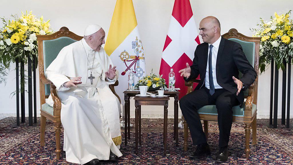 Bundespräsident Alain Berset ist mit Papst Franziskus in Genf zu einem offiziellen Gespräch zusammengetroffen.