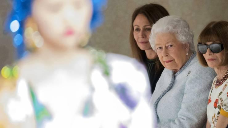 Zum ersten mal bei der Londoner Fashion Week dabei: die britische Königin Elizabeth II in zartblauem Kleid.