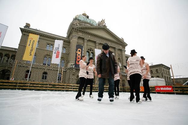 Kein Steuergeld mehr: Eisbahn vor dem Bundeshaus bei der Eröffnung 2011 mit Stapi Alexander Tschäppät und Burgdorfer «Cooldreams». S. Thomi