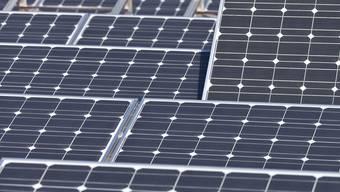 Die AEW erhält für ihr Engagement für Strom- und Wärmeproduktion aus erneuerbaren Energien grosses Lob – doch zahlt das Unternehmen kleinen Solarstrom-Produzenten auch genug für ihres?  (Symbolbild)