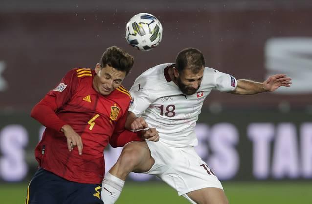 Isst hartes Brot: Admir Mehmedi (rechts) im Duell mit Spaniens Pau Torres.