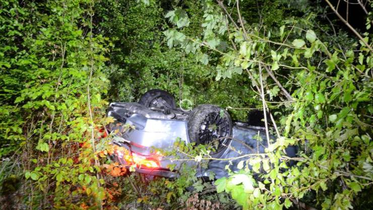 Läufelfingen BL, 19. Mai: Kurz vor 00.15 Uhr verursachte ein Autofahrer einen Selbstunfall und stürzte ca. acht Meter eine Böschung herunter.