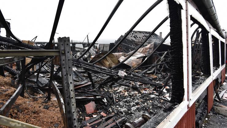 Das Trümmerfeld auf der Brandruine der Rütti AG in Balsthal lässt erahnen, wie stark die Feuersbrunst gewütet hat.