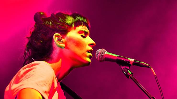 Sängerin Janine Cathrein (mit Akustikgitarre) steht