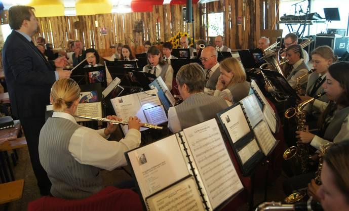 Frühschoppen-Konzert mit dem Musikverein Harmonie Urdorf im Zelt der Clique Schäflibach