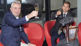 In der VIP-Gondel: Urs Kessler, CEO der Jungfraubahnen und Bundeskanzler Walter Thurnherr prosten sich zu.