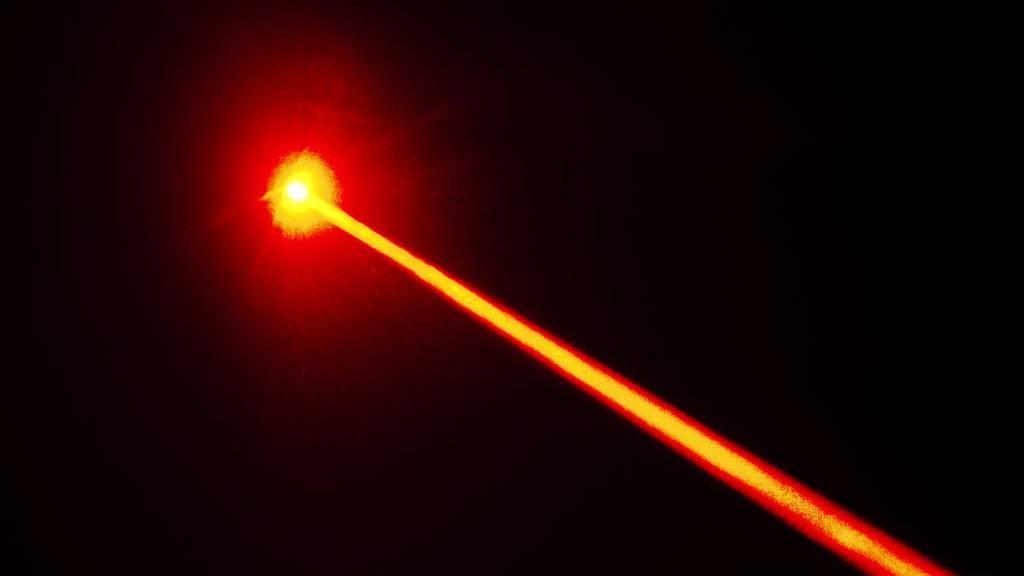 Jugendliche haben mit einem Laserpointer auf einen Zug gezielt. (Symbolbild)