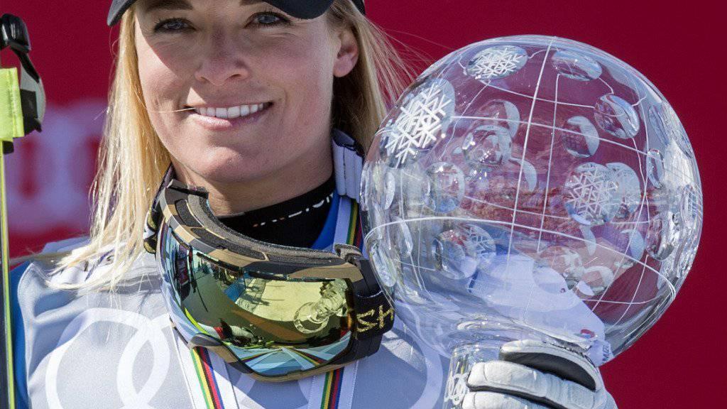 Lara Gut mit der grossen Kristallkugel, die ihr nach dem abschliessenden Riesenslalom überreicht wurde. Die Tessinerin gewinnt als erste Schweizerin seit Vreni Schneider 1995 den Gesamt-Weltcup