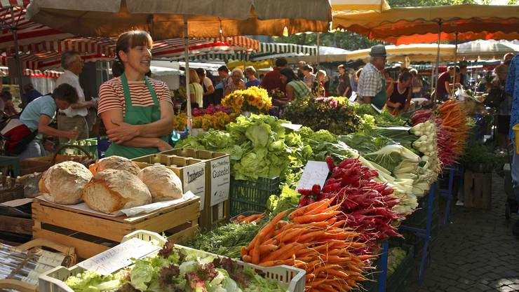 Am Lörracher Markt gibt es nicht nur frisches Obst und Gemüse: Auch ein Schwatz mit der Bäuerin gehört zum Marktbummel dazu.
