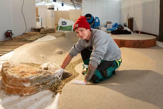 Patrick Baumgartner ist an der Arbeit am Stand seines Arbeitgebers Villiger Gartenbau Brugg.