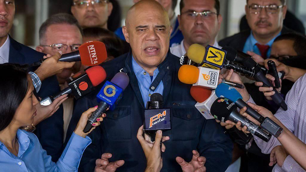 Der Generalsekretär des venezolanischen Oppositionsbündnisses MUD, Jesus Torrealba, gibt bekannt, dass die Wahlkommission 1,3 Millionen Unterschriften für eine Amtsenthebung von Präsident Maduro als gültig anerkannt hat. Bis zu einer Abstimmung ist es aber noch ein weiter Weg.
