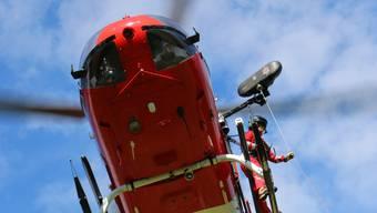 Einer der beiden Velofahrer wurde beim Unfall schwer verletzt und musste von einem Helikopter der Schweizerischen Rettungsflugwacht Rega in ein Spital gebracht werden. (Archivbild)