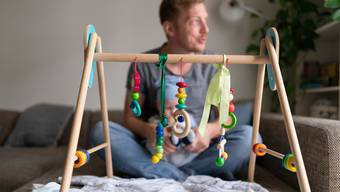 Die Einführung eines zweiwöchigen Vaterschaftsurlaub stiess am Sonntag in der Schweiz auf grosse Zustimmung.