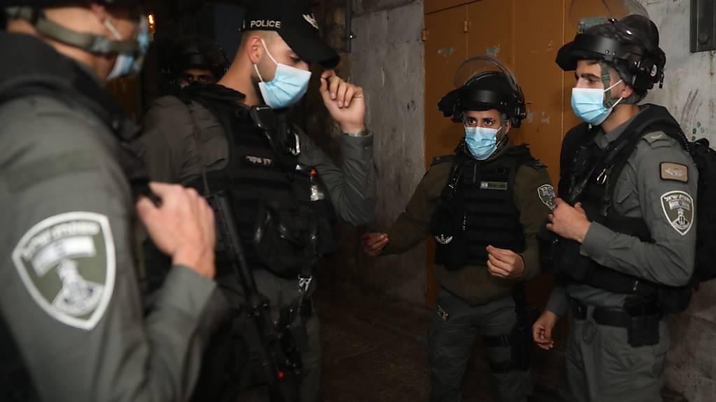 Israelische Grenzpolizisten stehen in der Nähe des Tatorts in der Altstadt von Jerusalem. Foto: Mahmoud Illean/AP/dpa