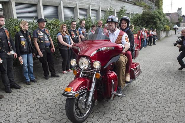 Überraschungsgast Suzi LeVine, US-Botschafterin in der Schweiz, begrüsst in Sumiswald an der 9/11-Gedenkfeier einen «Red Knight».