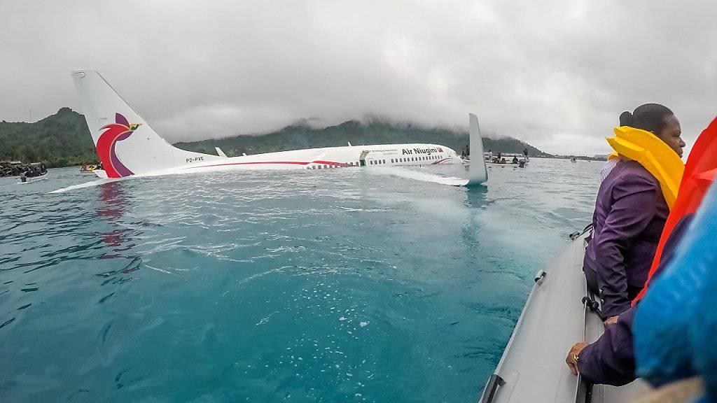 Nach der missglückten Landung schwamm das Flugzeug in einer Lagune. Die 47 Insassen wurden mit Booten an Land gebracht.