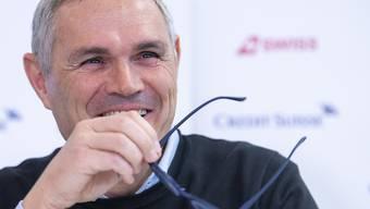 Nationalteamdirektor Pierluigi Tami skizziert die diversen Varianten.