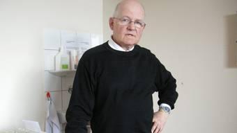 Andreas Bieri in seiner Arztpraxis. Er möchte bald in eine Gemeinschaftspraxis umziehen. uby