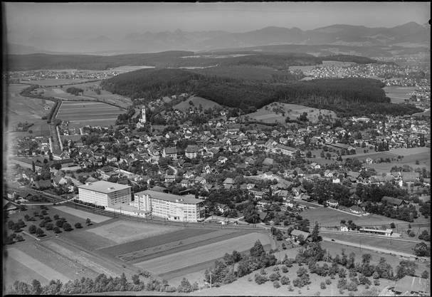 In dieser Aufnahmen von 1953 stehen die Gebäude von Möbel Pfister markant im Vordergrund. Suhr ist noch stark ländlich geprägt.