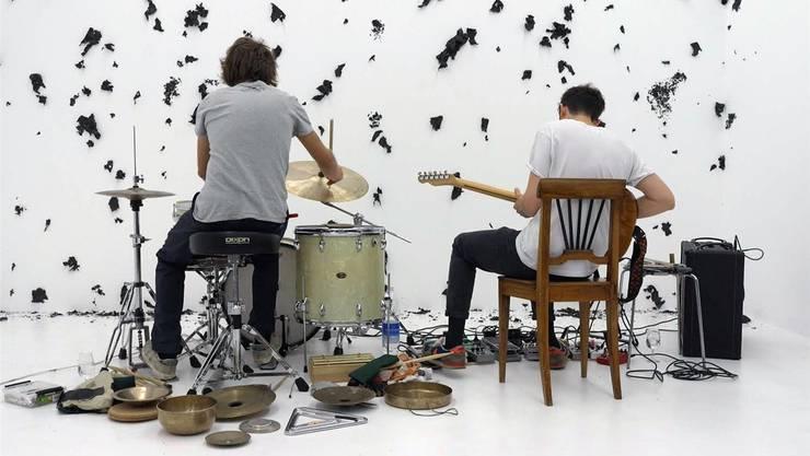 Julian Sartorius (l.) und Manuel Troller spielen am Freitag im Claquekeller Musik ausserhalb der Hörgewohnheiten des Publikums.zVg