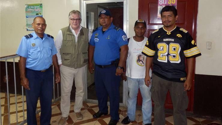 Beamte der Sandinistischen und der Tourismus-Polizei mit«Nordwestschweiz»-Autor Max Dohner im Distrikt 1 von Managua. Der Mann ganz rechts nahm den Täter fest.