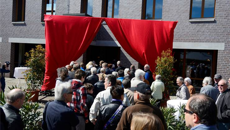 Grosses Gedränge vor der Neueröffnung des Restaurants Parktheater: Alle wollten einen Blick erhaschen.