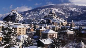 Die Walliser Hauptstadt Sitten mit den Felsen Valère und Tourbillon