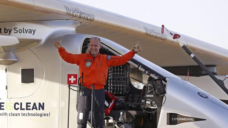 Bertrand Piccard freut sich über den gelungenen Flug