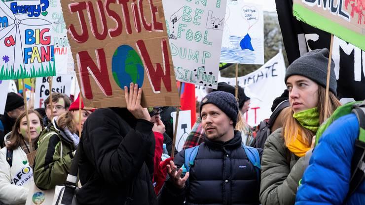 Mischa Kaspar (Mitte) nahm an einer Demonstration rund um das Kongresszentrum im polnischen Kattowitz (Katowice) teil, wo der Klimagipfel stattfand.