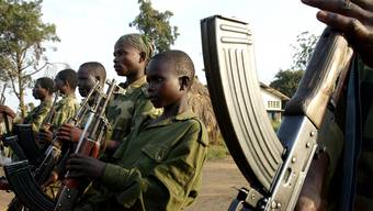2013 brach in der Zentralafrikanischen Republik ein Bürgerkrieg aus. Zehntausend Kinder sollen während des Bürgerkrieges gekämpft haben.