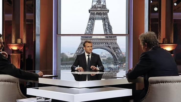 """Macron am Sonntagabend beim Interview mit den Sendern BFMTV und RMC sowie der investigativen Internetzeitung """"Mediapart""""."""
