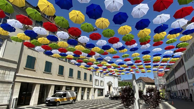Die Regenschirme in der Kirchgasse kurz nach dem Aufhängen. (Archiv)
