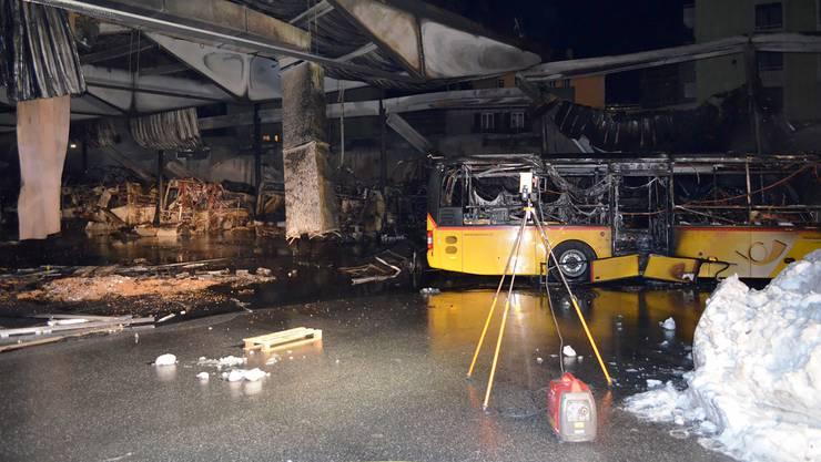 Bei einem Grossbrand in der Postauto-Garage inChuram Mittwochabend sind rund 20 Postautos beschädigt worden.