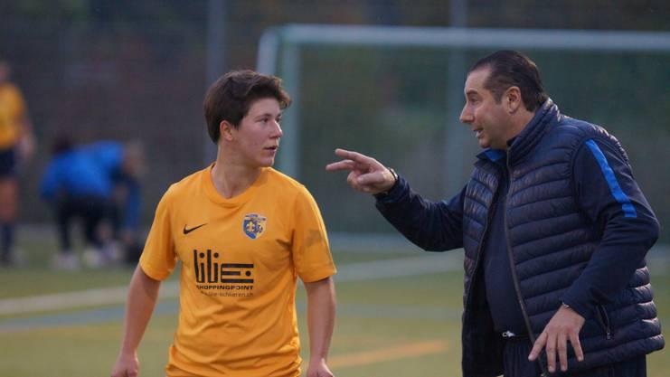 Trainer Fernando Esteban instruiert Mittelfeldspielerin Antje Notter.