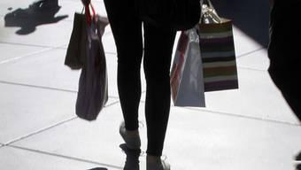 Frau kauft in Los Angeles ein (Symbolbild)