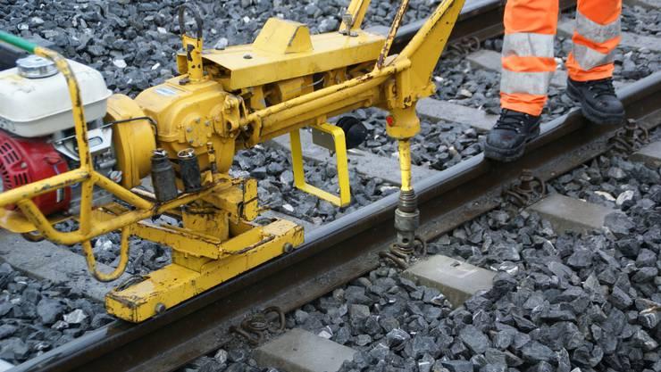 Vor dem Aufwärmen der Schienen müssen die Befestigungsschrauben gelöst werden