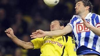 Dortmunds Nelson Valdez und Berlins Arne Friedrich im Kopfball-Duell