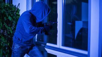 Die unbekannten Fensterbohrer sind seit Mitte September in Rothrist, Strengelbach und Oftringen wiederholt in Einfamilienhäuser eingebrochen. (Symbolbild)
