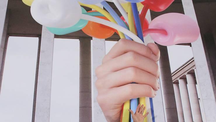 """Der US-amerikanische Künstler Jeff Koons mit einer Illustration seines """"Bouquet of Tulips"""": Erinnerung an die Opfer der Terror-Anschläge von Paris oder Selbstdarstellung? (Archivbild)"""