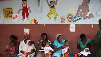 Zahlreiche Mütter warten mit ihren Kindern auf ärztliche Behandlung. zvg