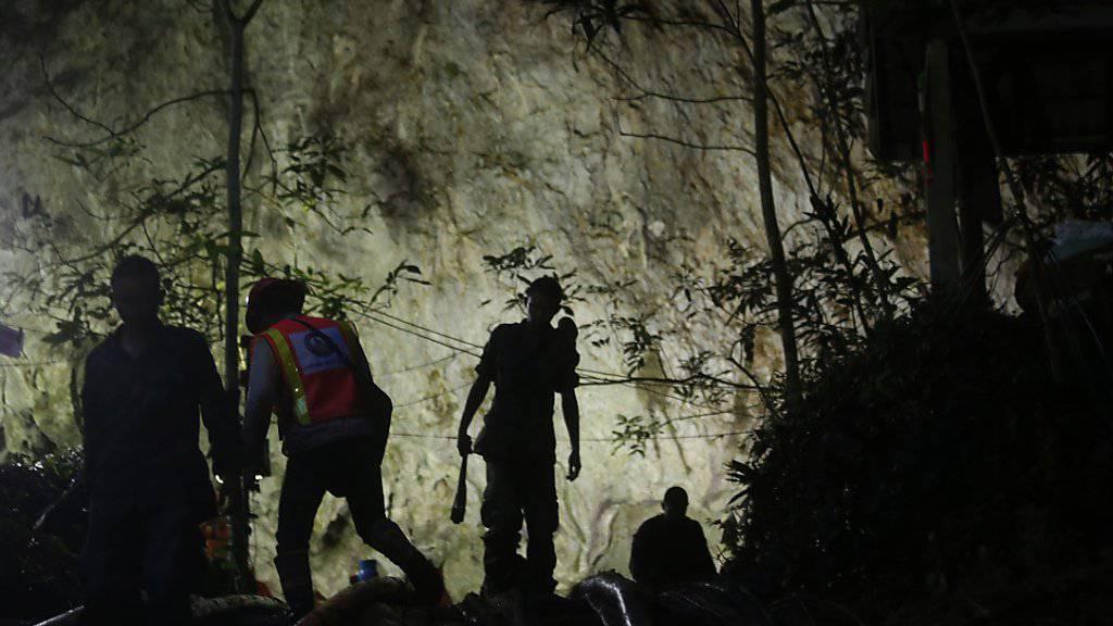 An der Suche nach einem in einer Höhle vermissten Jugendfussballteam in Thailand beteiligen sich nun auch mehrere ausländische Hilfeteams.