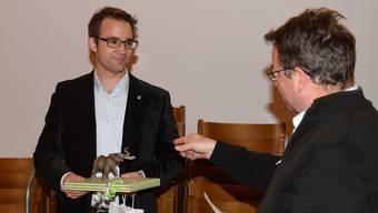 Wahlausschussleiter Willi Wengi (rechts) sagt Titus Meier am FDP-Apéro im Rathaussaal, wie dieser sich als Politiker am Elefanten orientieren soll.