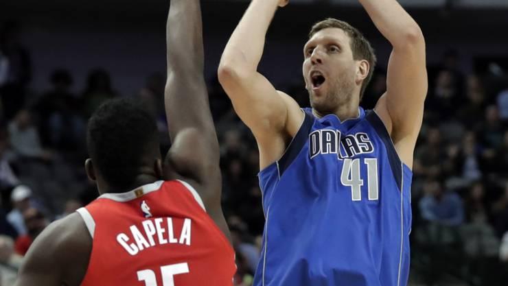 Houstons Clint Capela verteidigt gegen Dirk Nowitzki von den Dallas Mavericks