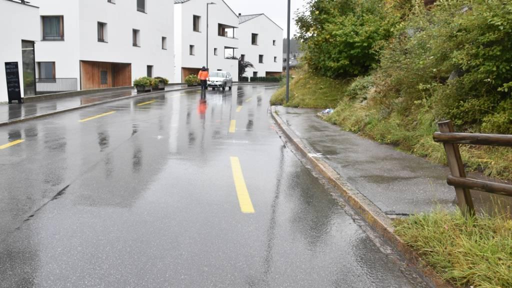 Eine 86-jährige Frau ist am Freitagnachmittag in Flims Waldhaus auf der Promenada von einem Auto erfasst und mittelschwer verletzt worden.