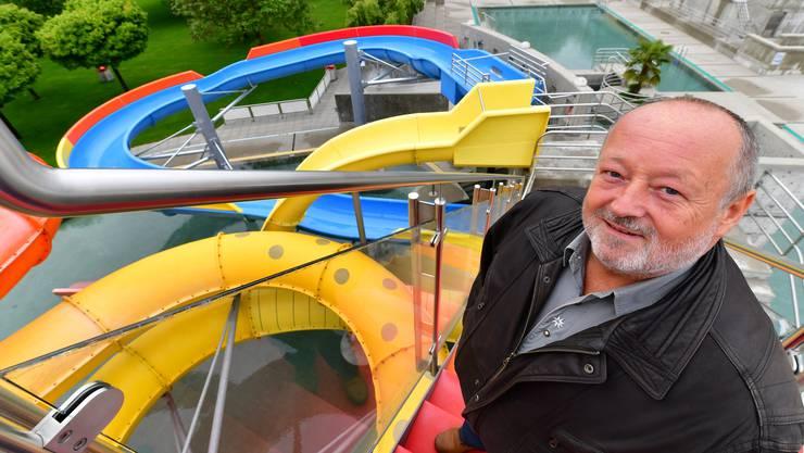 Badmeister Thomas Müller präsentiert die neue Rutschbahn